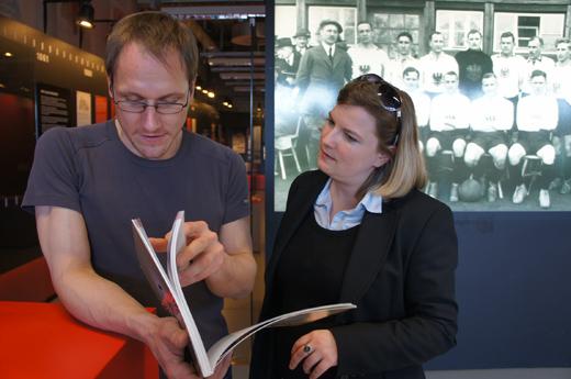 Matthias Thoma und Annabelle Hornung suchen ein Objekt im Katalog (Foto: Nowak)