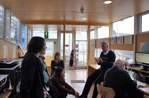 Herr Dr. Divé erklärt uns die Funkstation, Foto: Gessler